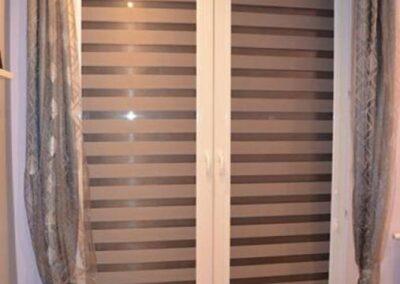 Rolety dzień noc na dużym oknie.